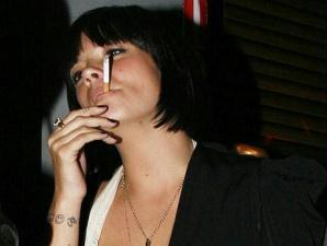 Coração fumante deixado lutas fortemente de coração