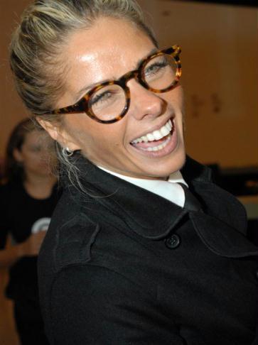 fe8914e792684 Galisteu monta look com óculos de armação tartaruga e vai à festa da ...